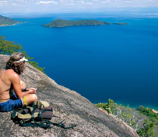 Atemberaubendes Panorama über den scheinbar endlosen Malawi-See, Malawi - © BarryTuck / Shutterstock