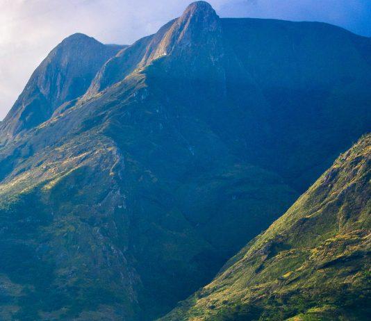 Der Mount Mulanje ist ein Gebirgsmassiv, dessen atemberaubende Landschaft von hohen Gipfeln, tiefen Schluchten, und uralten Zedernwäldern geprägt ist, Malawi - © Michalk / Shutterstock