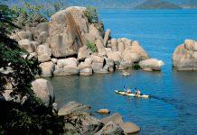 Die Küste des Malawi-Sees wird von spektakulären Felsformationen begrenzt, Malawi - © BarryTuck / Shutterstock