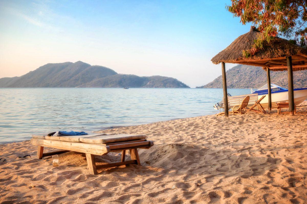Die traumhafte Monkey Bay am Malawi-See in Malawi - © PlusONE / Shutterstock