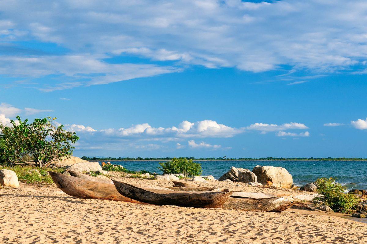 """Traditionelle """"Bwatos"""" am Malawi-See in Tansania und Malawi, dem drittgrößten See des afrikanischen Kontinents - © Rafal Cichawa / Shutterstock"""