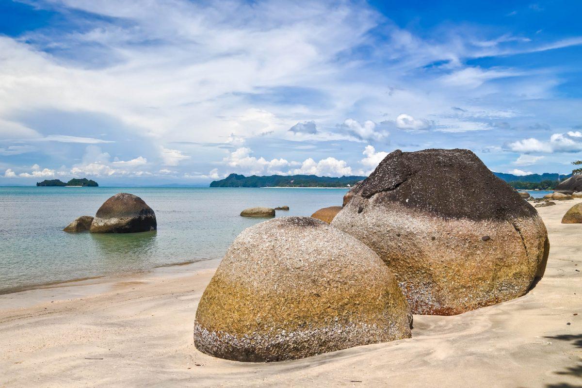 Der Black-Sand-Beach mit seinen gewaltigen Felsbrocken in Langkawi, Malaysia - © Jan Mika / Shutterstock