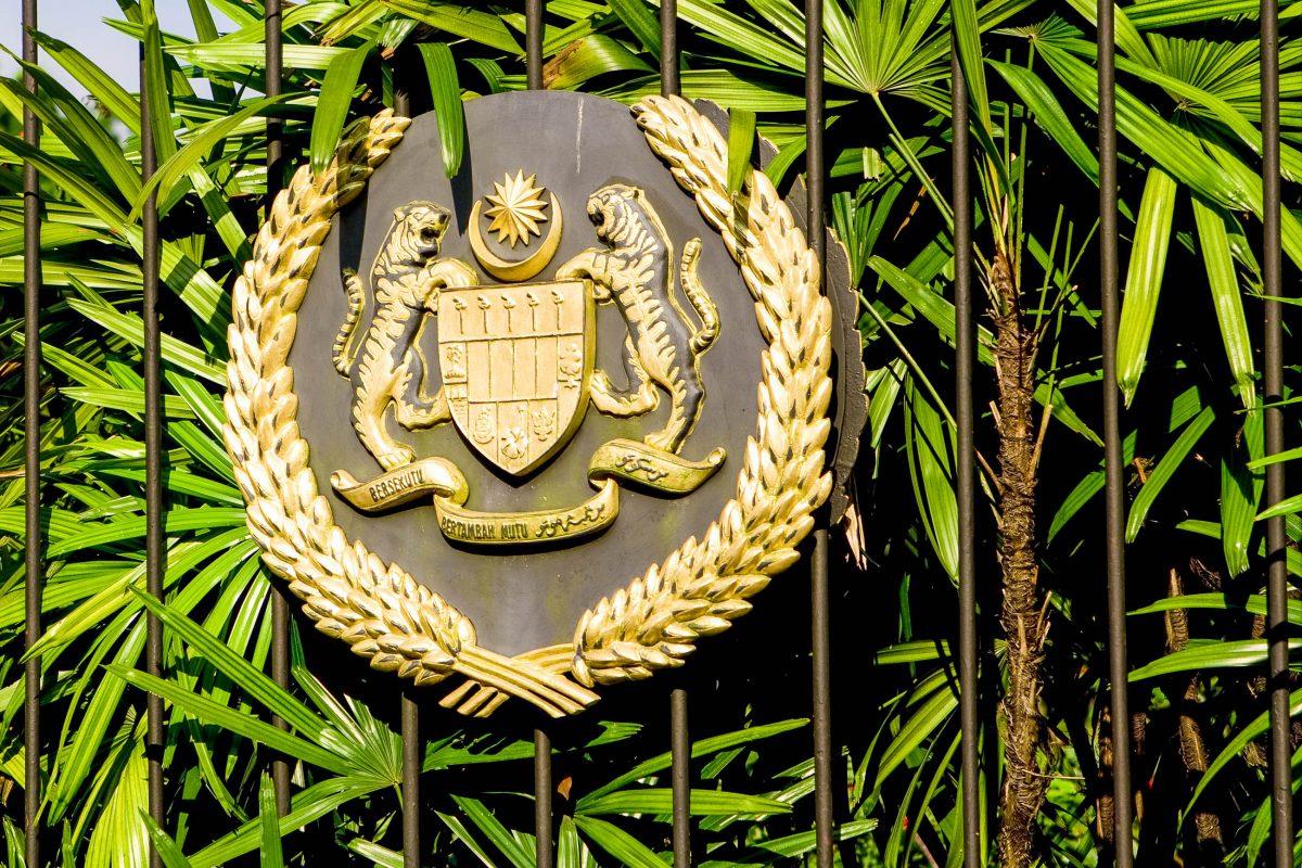 Das Areal des Istana Negara ist von einem schmiedeeisernen Zaun umgeben, zwischen dessen Pfeilern sich in regelmäßigen Abständen das königliche Siegel Seiner Majestät befindet, Malaysia - © Shaun Robinson / Shutterstock