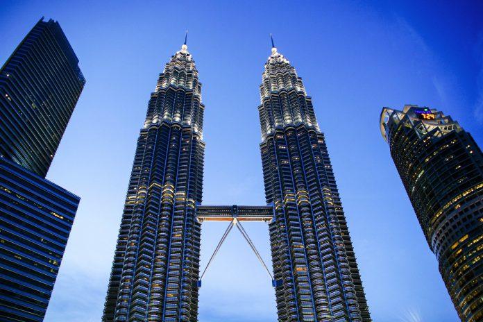 Der Architekt der gigantischen Petronas Towers in Kuala Lumpur, Malaysia, ist der Amerikaner Cèsar Antonio Pelli - © ezk / franks-travelbox