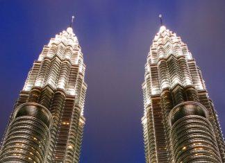 Die imposanten Petronas Towers mit der markanten Skybridge in 172 Metern Höhe bei Nacht, Kuala Lumpur, Malaysia - © ezk / franks-travelbox