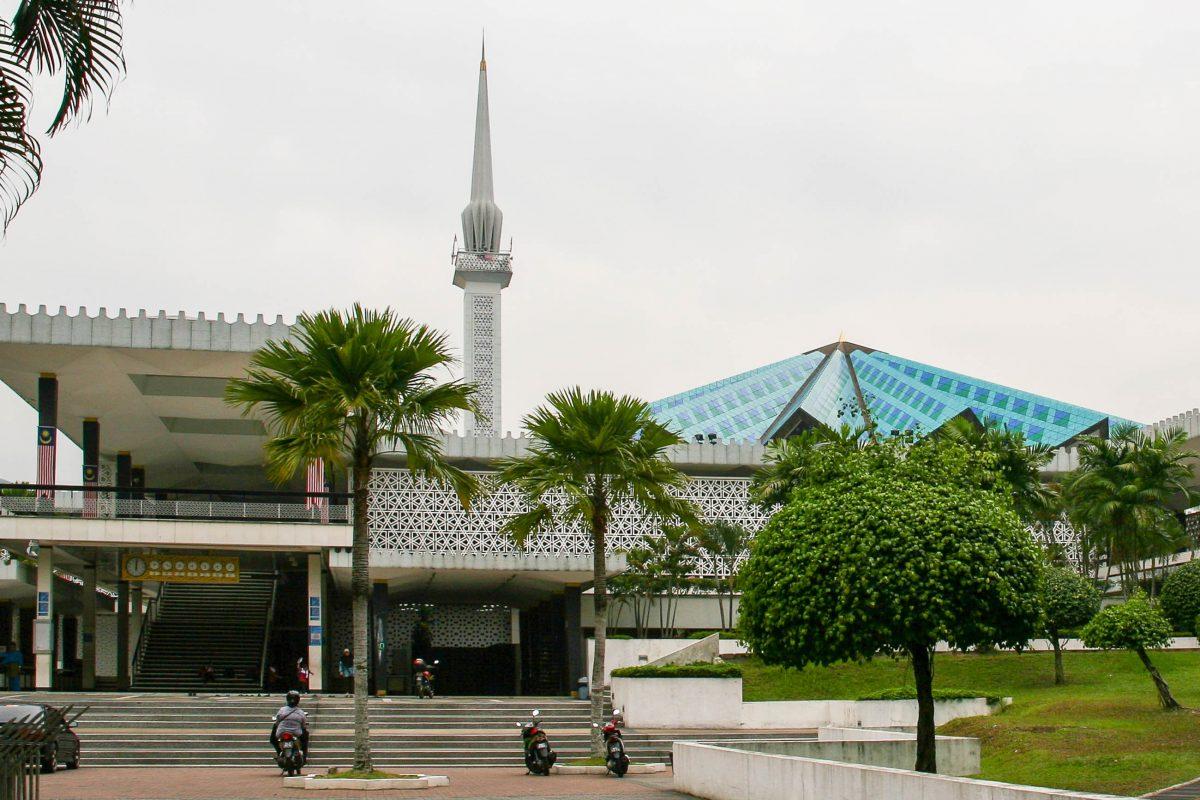 Die Masjid Negara in der malaysischen Hauptstadt Kuala Lumpur ist die Nationalmoschee von Malaysia und zählt zu den größten Moscheen Asiens - © ezk / franks-travelbox