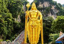 Die über 40m hohe goldene Statue am Fuß der Batu Höhlen stellt den Hindu-Gott Murugan dar, Malaysia - © ezk / franks-travelbox