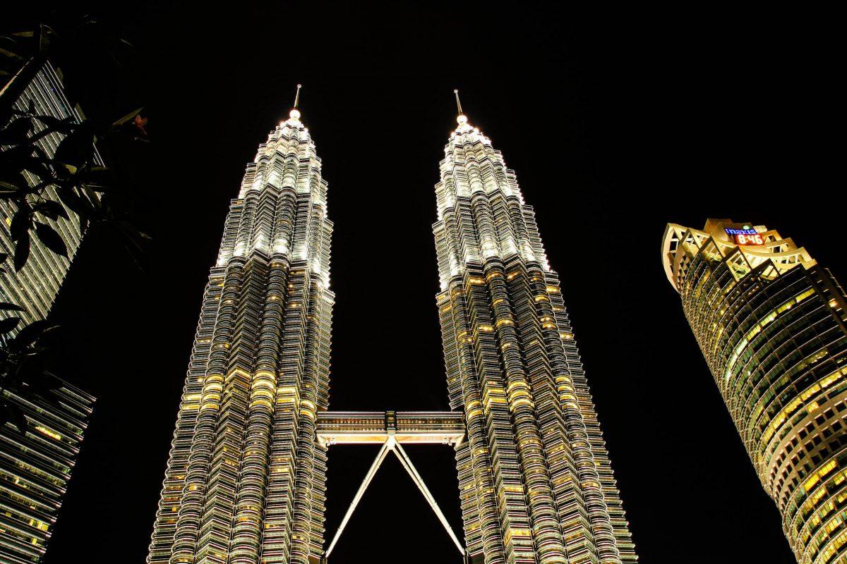 Durch ihr enormes Gewicht von 300.000 Tonnen pro Turm zählen die Petronas Towers in Kuala Lumpur zu den erdbebensichersten Bauten der Welt, Malaysia - © ezk / franks-travelbox