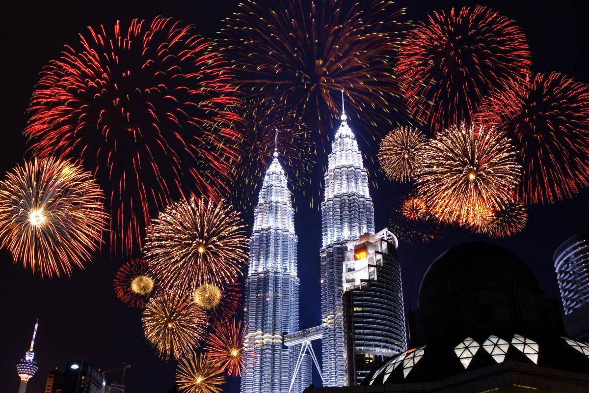 In der Silvester-Nacht strahlen die 450m hohen Petronas Towers in Kuala Lumpur mit einem spektakulären Feuerwerk um die Wette - © szefei / Shutterstock