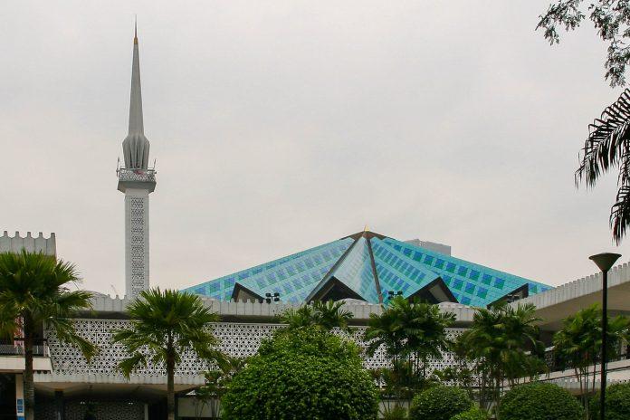 Mit ihrem himmelblauen gefalteten Zeltdach hebt sie sich die Moschee Masjid Negara architektonisch von anderen Moscheen ab, Kuala Lumpur, Malaysia - © ezk / franks-travelbox