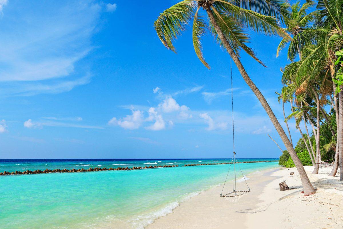 Ein sonniger Strand auf der Insel Kuredu im Lhaviyani-Atoll, Malediven - © Ljupco Smokovski / Shutterstock