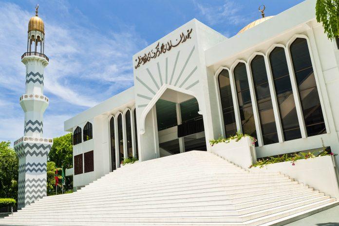 """Die """"Neue Freitagsmoschee"""" ist die größte Moschee auf den Malediven und das bedeutendste architektonische Wahrzeichen in Male - © Ryabitskaya Elena / Shutterstock"""