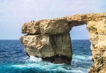 Das azurblaue Fenste, eine eindrucksvolle Felsformation in der Dweira-Bucht in Malta auf der Insel Gozo - © FRASHO / franks-travelbox