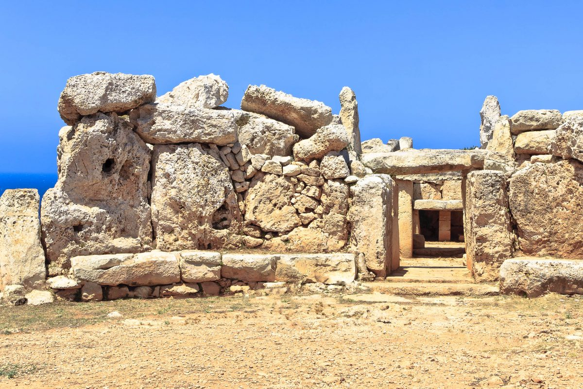 Die Kultstätte von Mnajdra besteht aus drei Tempeln, die um einen ovalen Hof gruppiert sind, Malta - © szirtesi / Fotolia