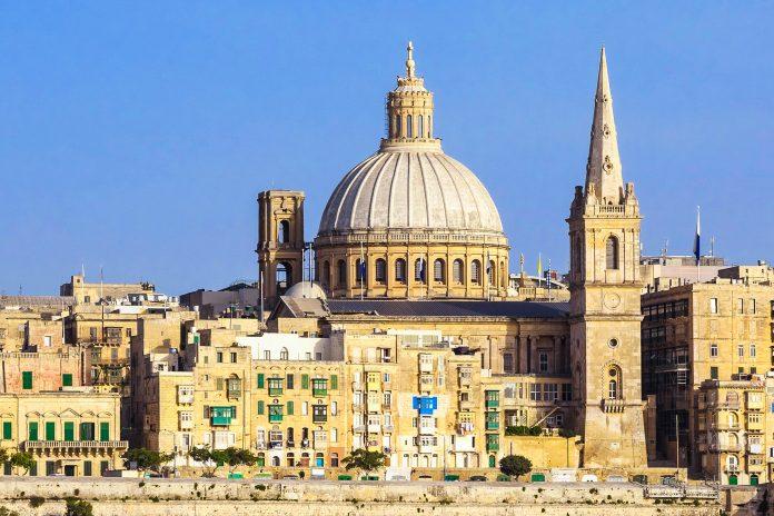 Die Karmeliter-Kirche in Valletta ist ein Wahrzeichen der Stadt und ist eine der größten Kirchen Maltas - © EUROPHOTOS / Shutterstock