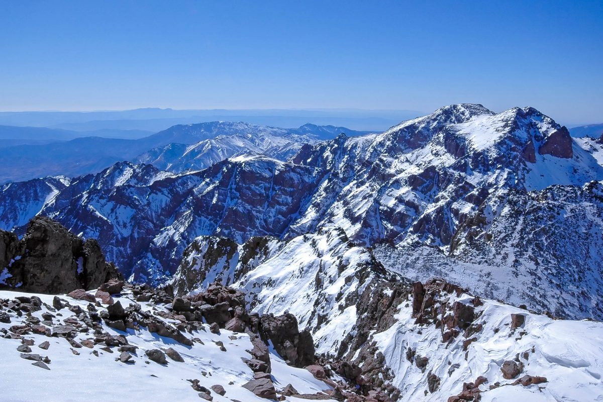 Atemberaubender Blick auf die Landschaft Marokkos vom Jemel Toubkal im Hohen Atlas, dem höchsten Berg Nordafrikas - © Andrey Plis / Shutterstock
