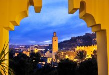 Blick auf die nächtliche Altstadt von Fes, Marokko - © Martin Froyda / Shutterstock