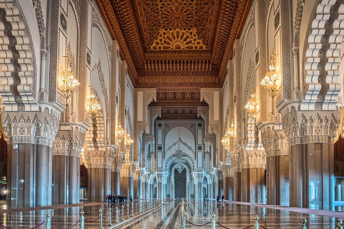 Die Fläche der Gebetshalle der Hassan-II.-Moschee umfasst 20.000 Quadratmeter und fasst somit etwa 25.000 Menschen zum Gebet, Casablanca, Marokko - © foto360 / Shutterstock