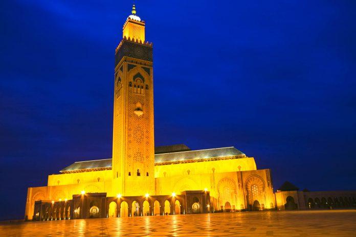 Die Hassan-II.-Moschee in Casablanca bei nächtlicher Beleuchtung, Marokko - © Matej Kastelic / Shutterstock