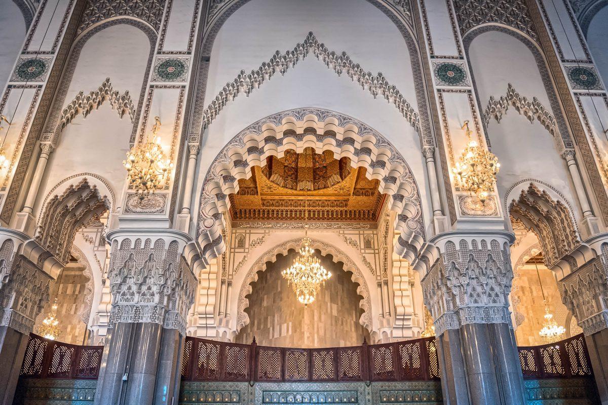 Die Hassan-II.-Moschee wurde zu Ehren des damaligen marokkanischen Königs Hassan II. zu seinem 60. Geburtstag und dem verstorbenen König Mohamed V. errichtet - © foto360 / Shutterstock