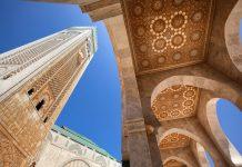 Mit ihrem eindrucksvollen viereckigen Minarett von imposanten 210 Metern Höhe ist die Hassan-II.-Moschee das höchste religiöse Bauwerk der Welt, Casablanca, Marokko - © Alex Andrei / Shutterstock