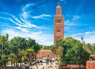 Das 77m hohe Minarett der Koutoubia-Moschee in Marrakesch ist weithin sichtbar, Marokko - © Seqoya / Shutterstock