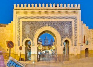 Das mit blauen Mosaiken verzierte Bab Bou Jeloud ist der Haupteingang zur Altstadt von Fes, Marokko - © Anibal Trejo / Shutterstock
