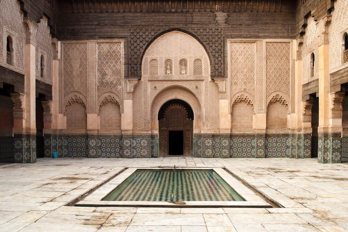 Der wunderbar dekorierte Innenhof der ehemaligen Koranschule Medresa Ben Yussef in Marrakesch, Marokko - © danileon / Shutterstock
