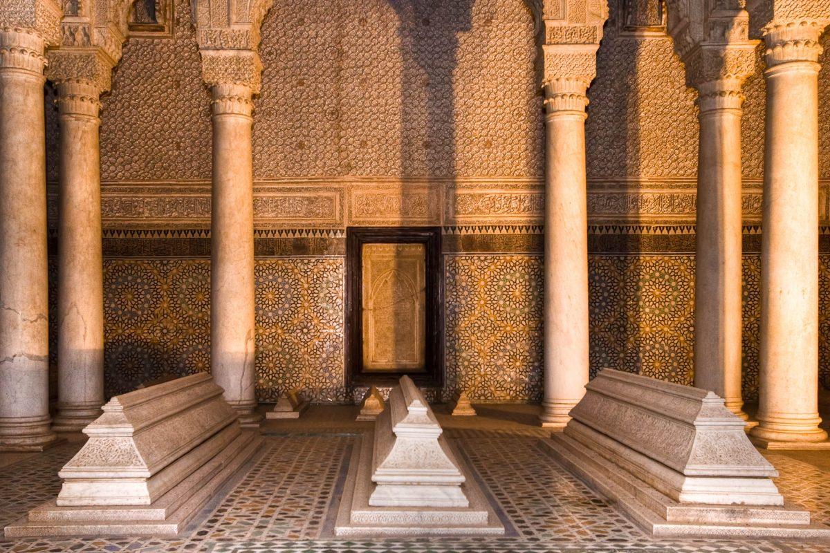 Die Halle der zwölf Säulen in den berühmten Saaditengräbern in Marrakesch mit prachtvollen Kachelmustern und Zedernholzschnitzereien, Marokko - © Stephane Bidouze / Shutterstock