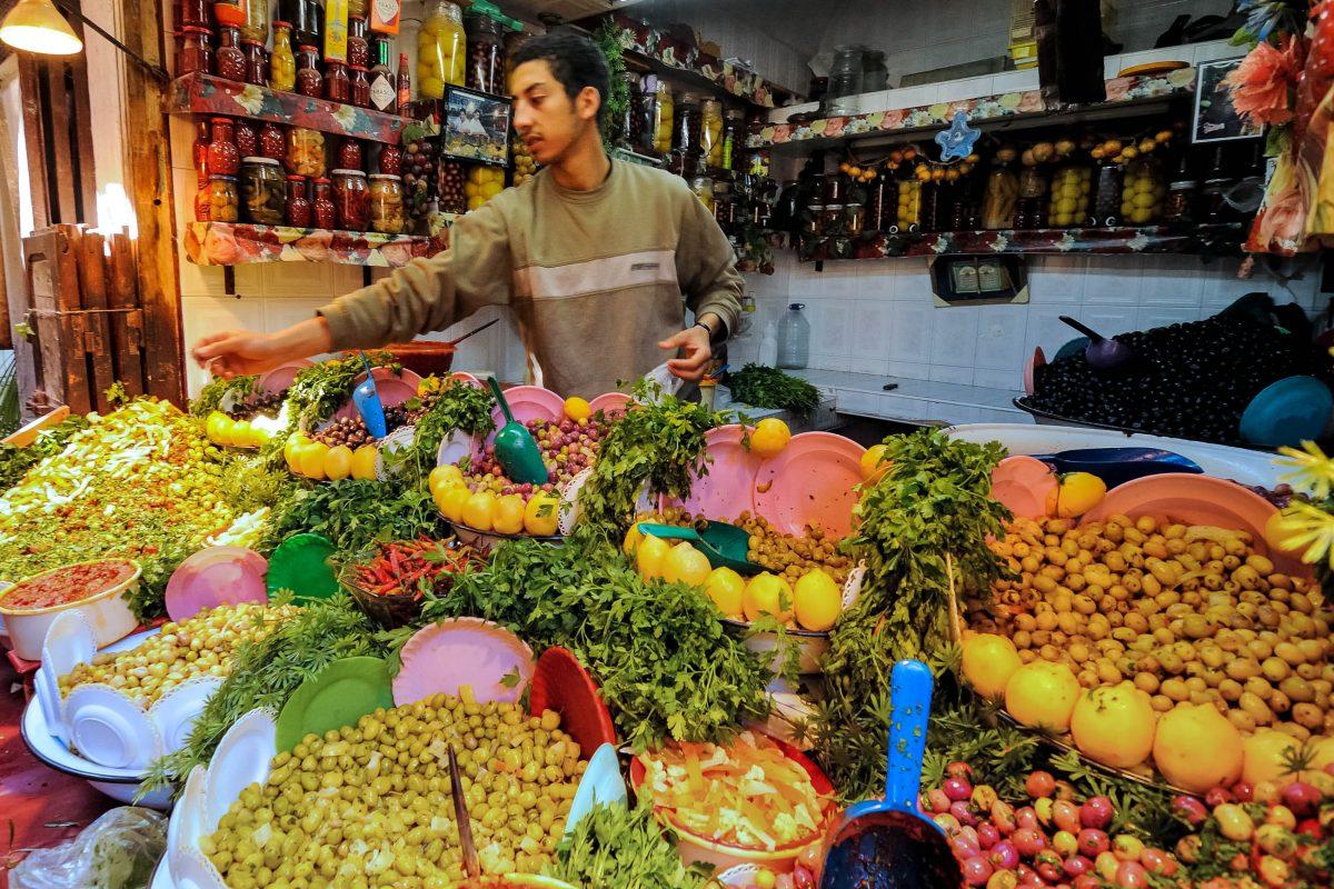 Ein Marktstand für Oliven im Souk von Fes, Marokko - © astudio / Shutterstock