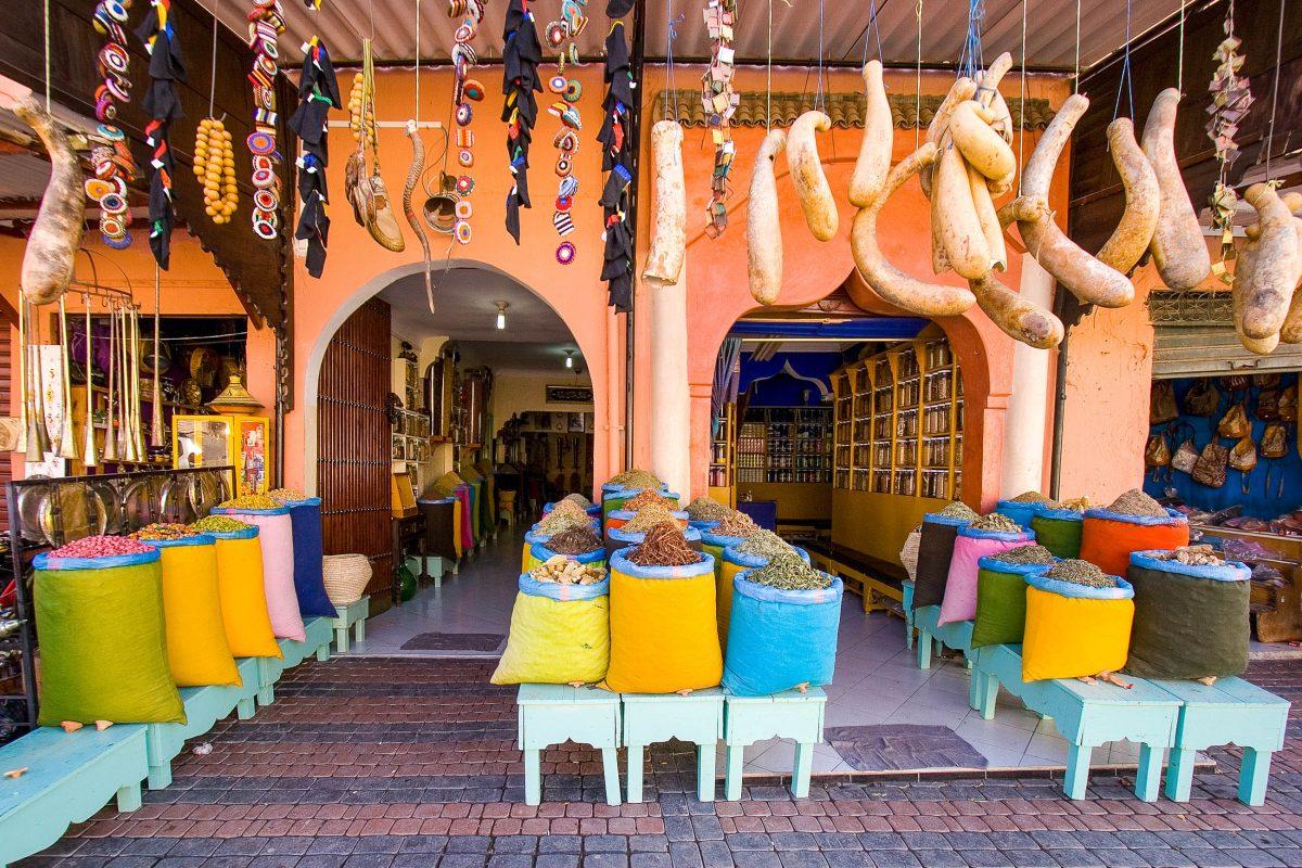 Gewürzeshop im Souk in Marrakesch, Marokko - © jvd-wolf / Shutterstock