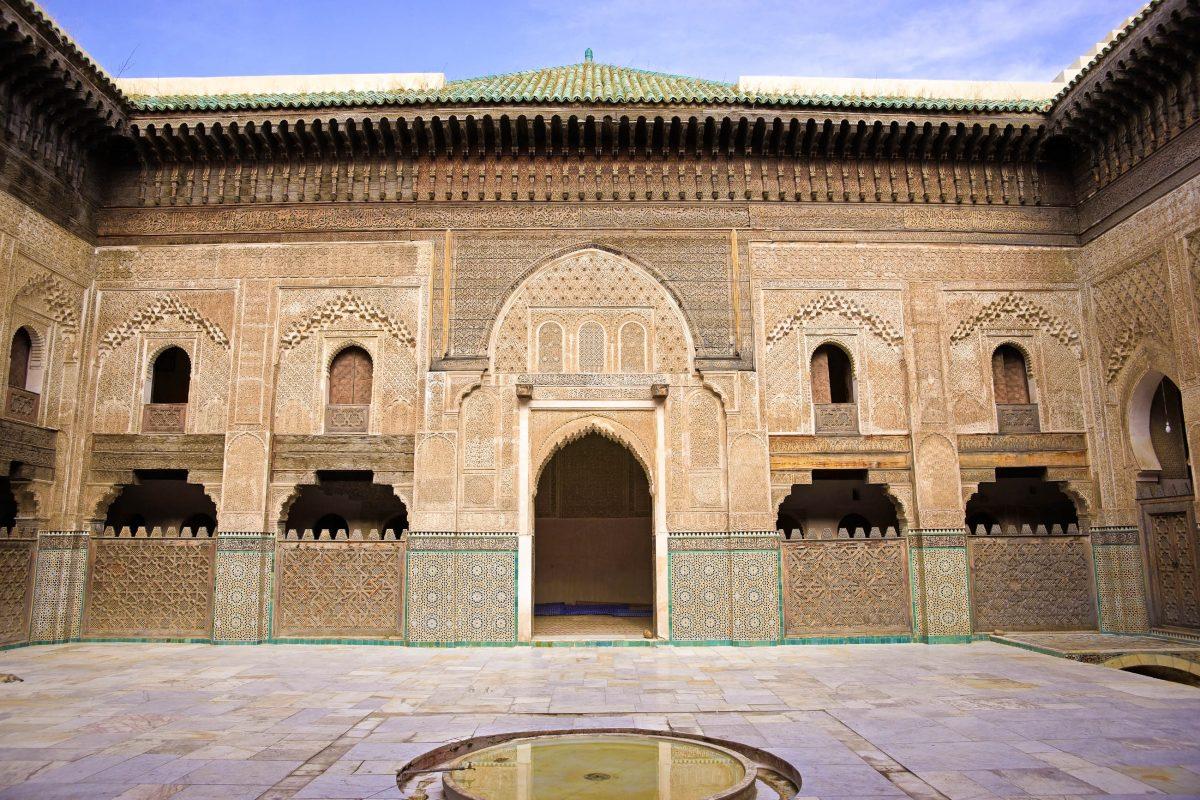 Innenhof der Madrasa Bou Inania in der historischen Altstadt von Fes, Marokko - © JeremyRichards / Shutterstock