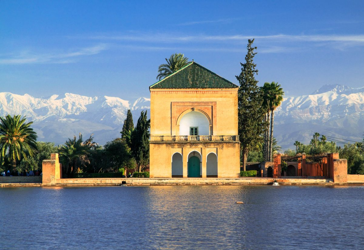 Der Menara-Garten 3km außerhalb von Marrakesch bietet einen idealen Rückzugsort vor der afrikanischen Hitze, Marokko - © John Copland / Shutterstock