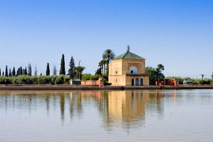 Im Zentrum des Menara-Gartens befindet sich ein riesiges Wasserbecken, das die Größe eines kleinen Sees erreicht, Marrakesch, Marokko - © amskad / Shutterstock
