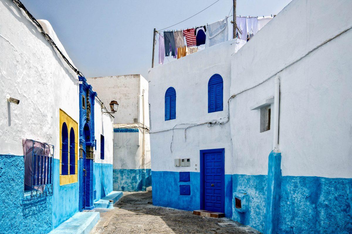 Die typisch blau-weißen Häuser und engen Gassen in der Kasbah des Oudaia in Rabat, Marokko - © Luisa Puccini / Shutterstock
