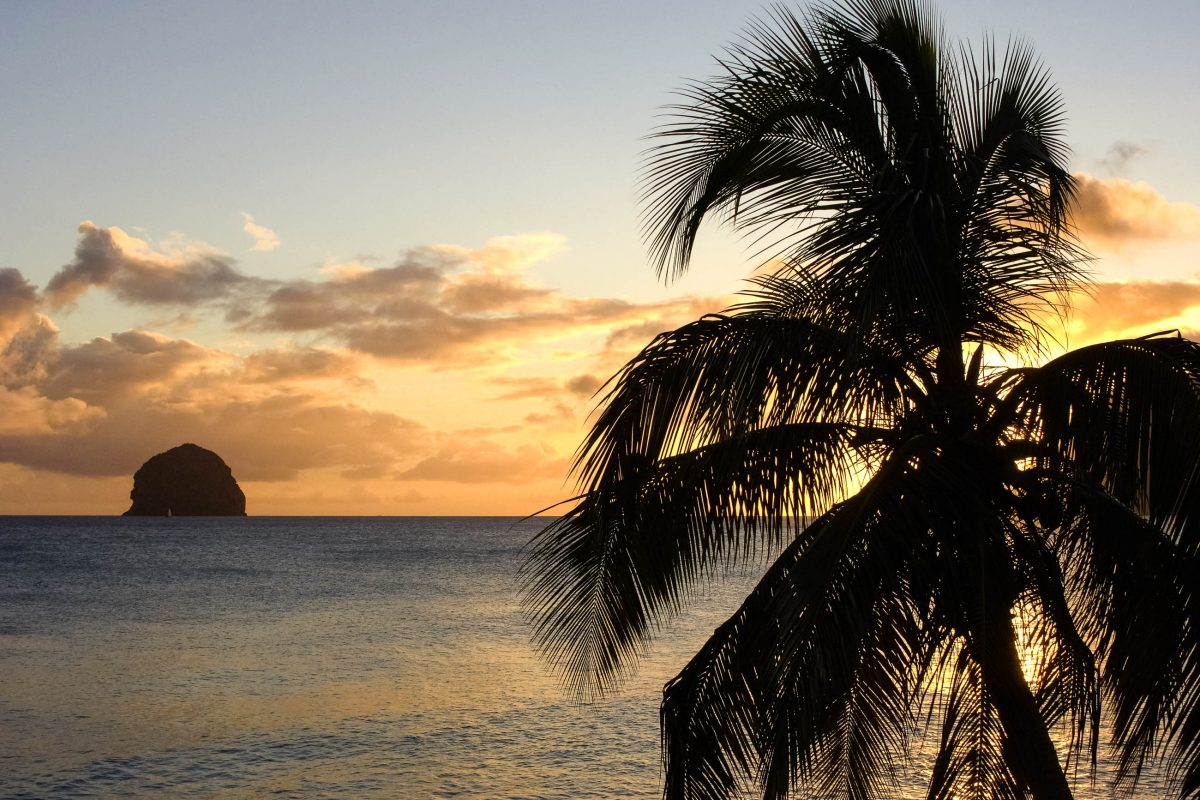 """Der Rocher du Diamant (""""Diamantfelsen"""") vor der Südwestküste der französischen Karibikinsel-Martinique bei Sonnenuntergang - © Pack-Shot / Shutterstock"""