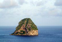 Der Rocher du Diamant ist ein knapp 200m hoher Basaltfelsen und ragt wie ein Rohdiamant aus dem Meer vor der Südwestküste Martiniques - © john dvoravic / Shutterstock