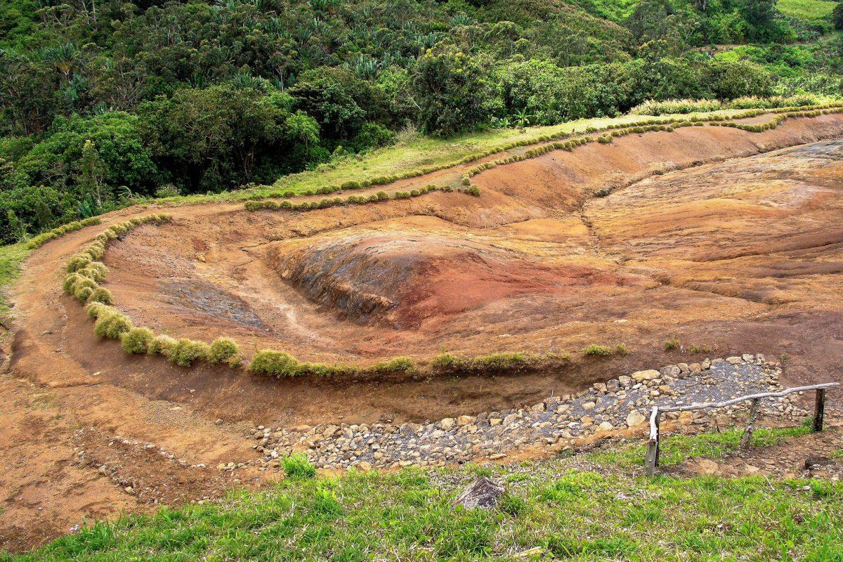 Das Betreten der Siebenfarbigen Erde von Mauritius ist streng verboten, um eine zu starke Vermischung der einzelnen Farben zu vermeiden - © ezk / franks-travelbox