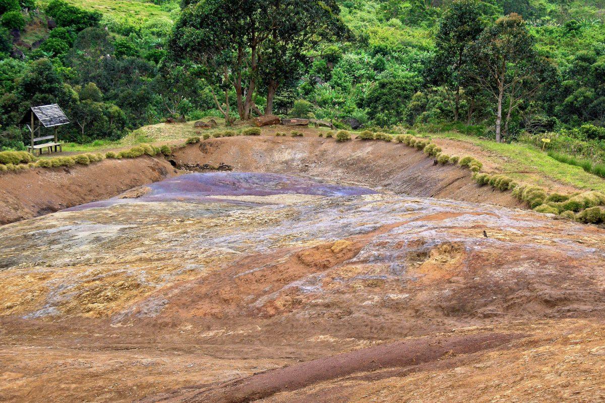 Die rötlich-schwarzen Schemen der Siebenfarbigen Erde stammen von Eisenoxid und die bläulich-violetten bis grünblauen Schattierungen von Aluminiumoxid, Mauritius - © ezk / franks-travelbox