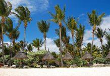Hotelstrand am weitläufigen Sandstrand der Ortschaft Flic en Flac im Westen von Mauritius - © Pawel Kazmierczak / Shutterstock
