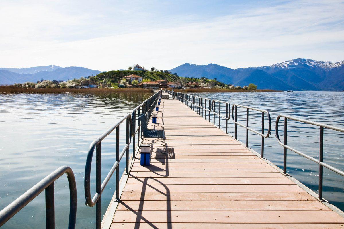 Der Prespa Nationalpark im Dreiländereck von Mazedonien, Albanien und Griechenland mit seinen unglaublich artenreichen Gewässern Kleiner und Großer Prespasee, Mazedonien - © imagesef / Fotolia