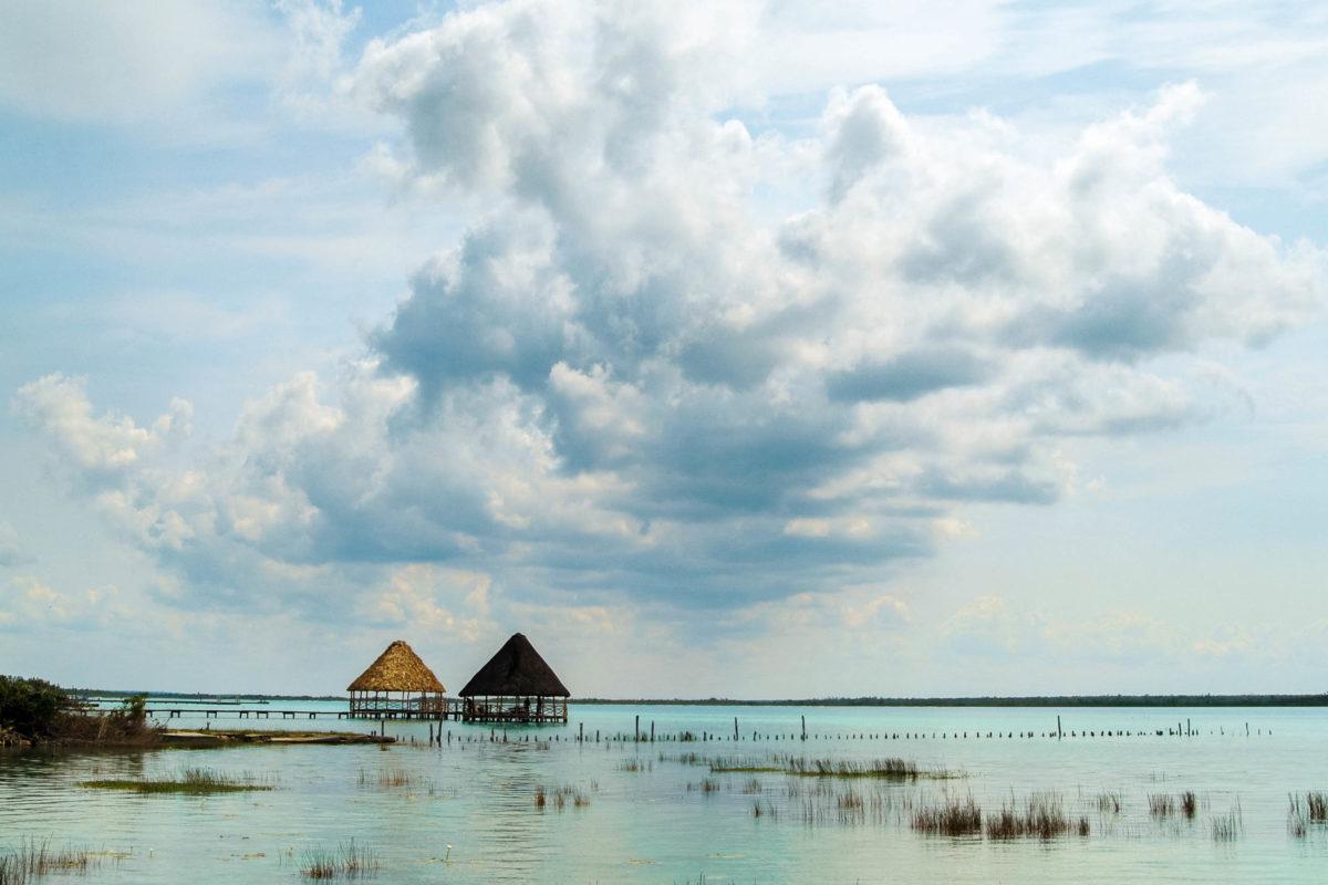Aufgrund des Zusammentreffens von Salz- und Süßwasser entsteht in der Lagune von Bacalar ein Schauspiel aus den verschiedensten leuchtenden Schattierungen, Mexikoi - © rachid amrous / Fotolia