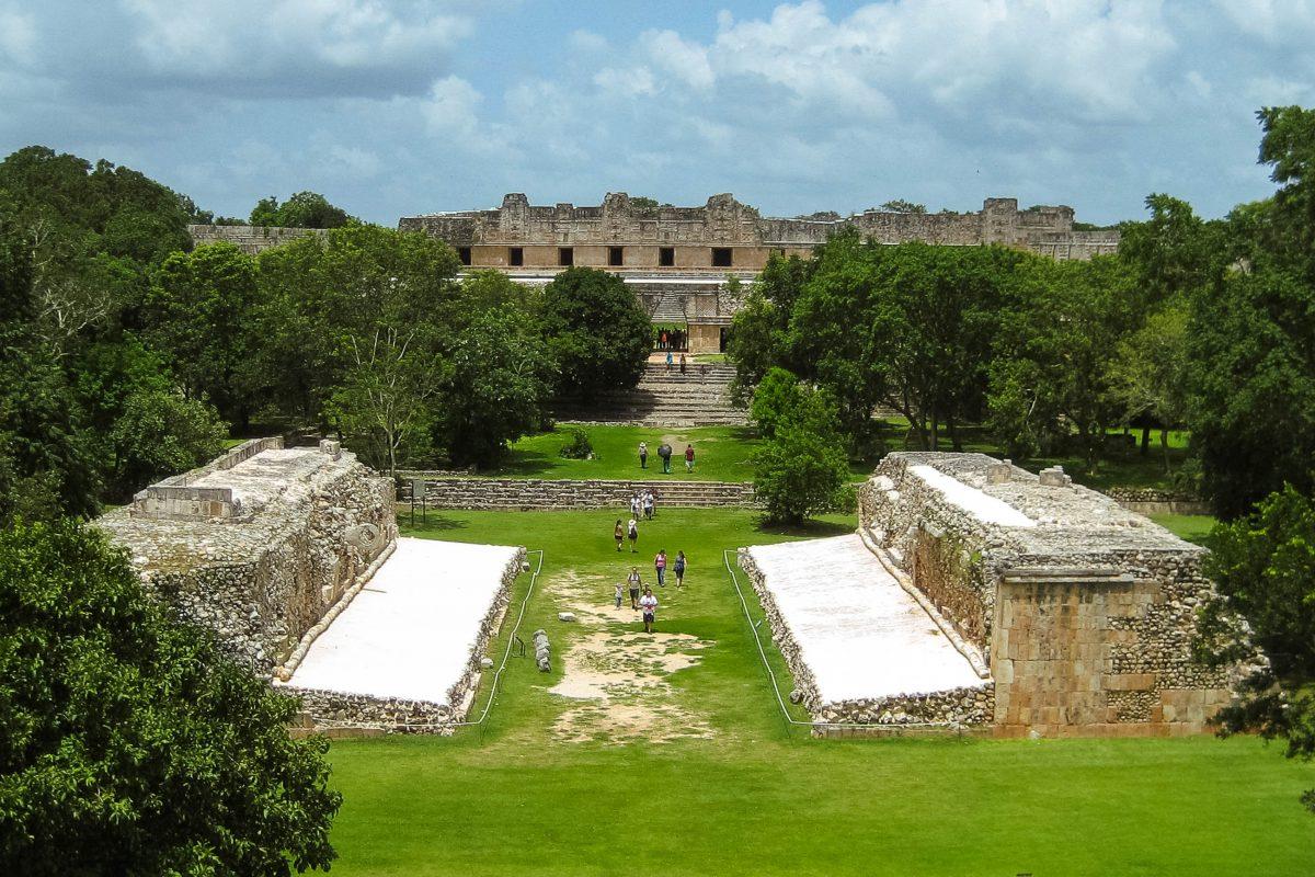 Blick auf den Ballspielplatz in Uxmal, Halbinsel Yucatan, Mexiko - © Jessy / franks-travelbox.com