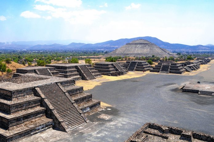 Blick auf die Straße der Toten und die Sonnenpyramide in Teotihuacan, Mexiko - © nfoto / Fotolia