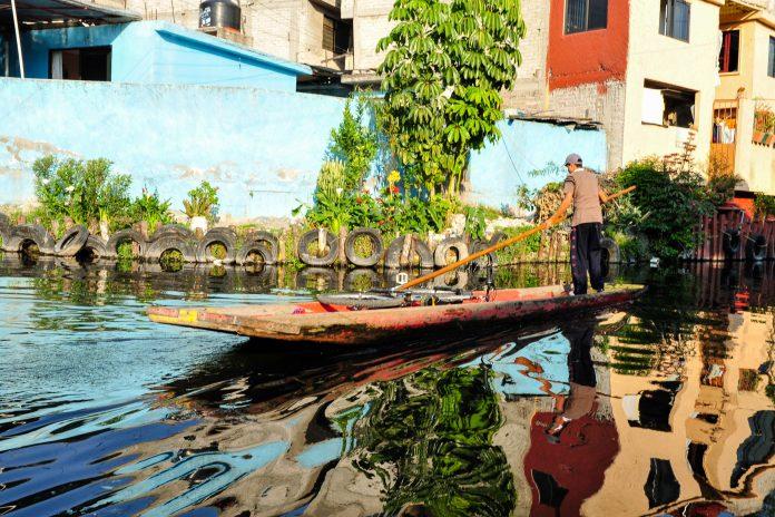 Boot in den schwimmenden Gärten von Xochimilco, Mexiko - © ChameleonsEye / Shutterstock