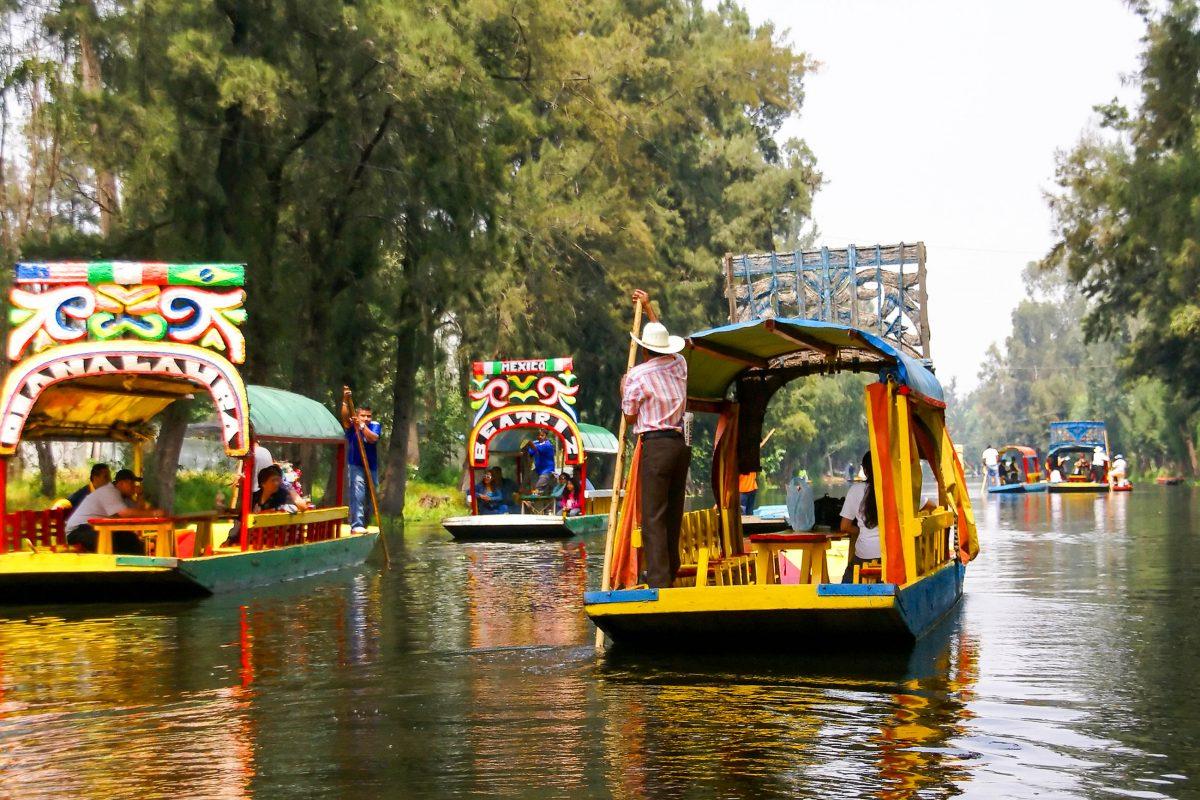 Bunt bemalte Boote in den schwimmenden Gärten von Xochimilco, Mexiko - © steve estvanik / Shutterstock