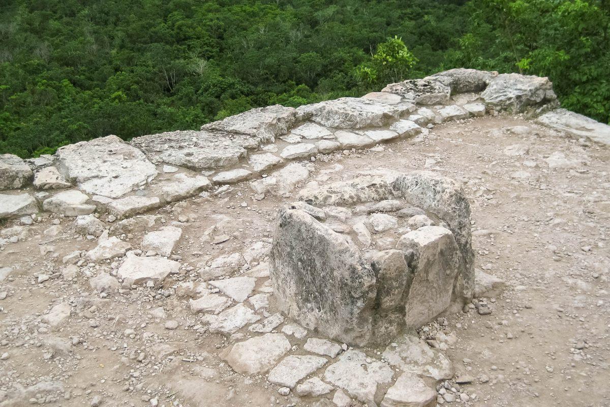 Auf  diesem Stein wurden früher Menschen enthauptet, um den Regengott milde zu stimmen und ihn um Regen und somit um Fruchtbarkeit zu bitten, Pyramide Nohoch Mul in Cobá, Mexiko - © Jessy / franks-travelbox