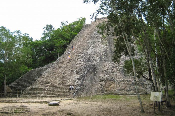 """Das religiöse Zentrum von Cobá ist die Pyramide Nohoch Mul (""""großer Hügel""""), die mit 42 Metern die höchste Pyramide der Halbinsel Yucatán ist, Mexiko - © Jessy / franks-travelbox"""