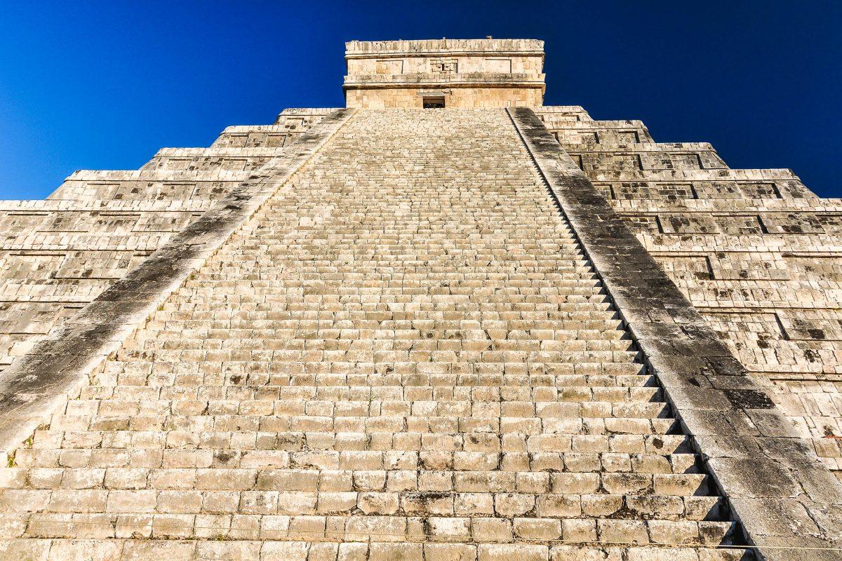 Das wohl berühmteste Gebäude in Chichen Itza, die Kukulkan-Pyramide, auch El Castillo genannt, Mexiko - © jgorzynik / Fotolia
