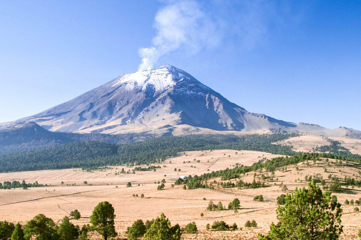 Der aktive schneebedeckte Vulkan Popocatepetl, Mexiko - © Marco Regalia / Shutterstock